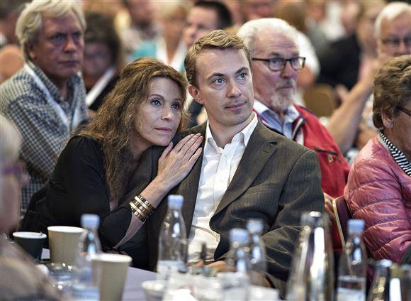 Dot Wessmann læner sig ind til Morten Messerschmidt under et møde. De kigger begge til siden som op mod en scene.