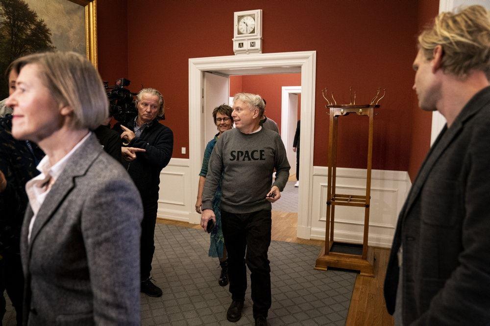 Tre folketingsmedlemmer følger Elbæk og forlader