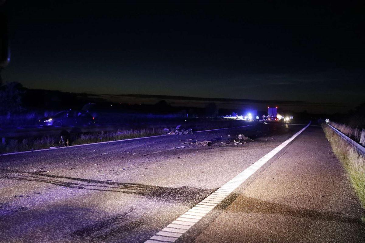 bil holder i siden af motorvejen efter frontalt sammenstød på motorvej