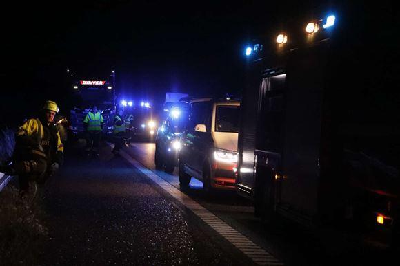 biler holder i kø på motorvejen efter trafikulykke