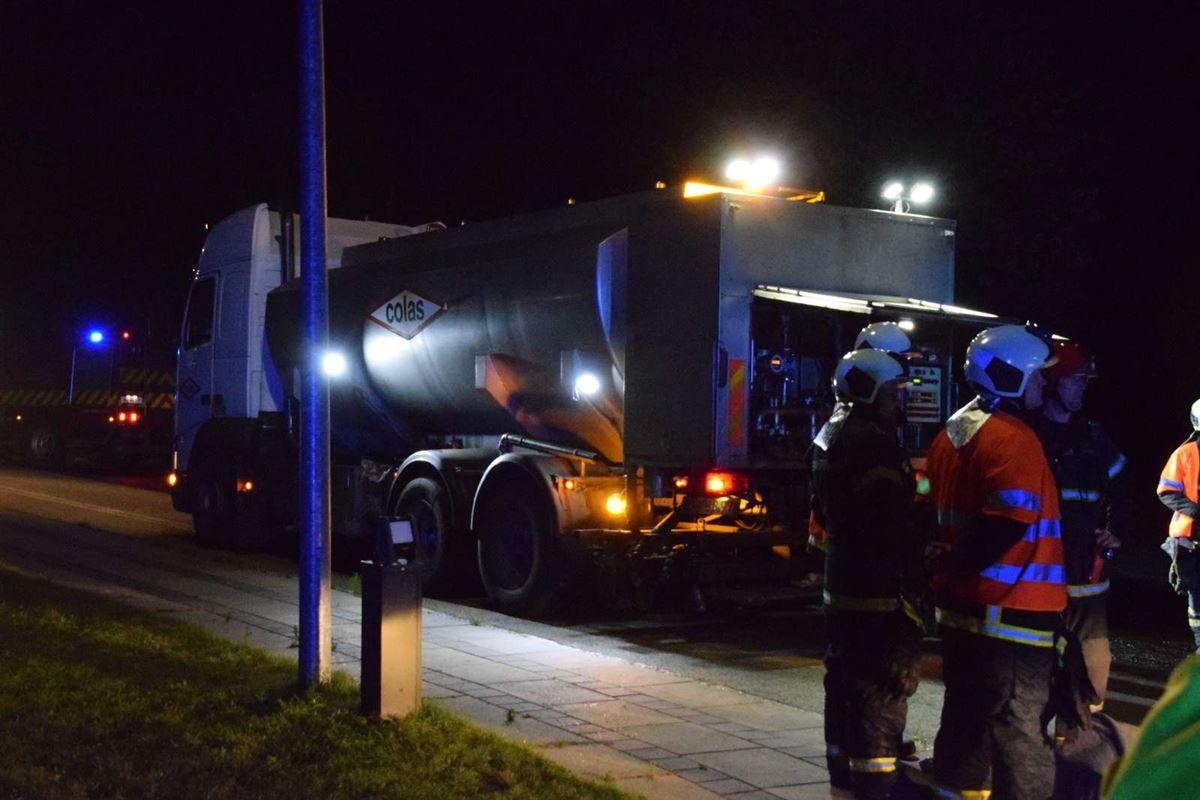 politi og redning til stede ved arbejdsulykke med lastbil