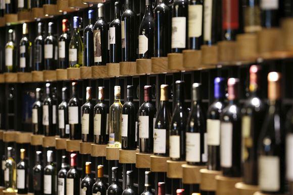 hylde med vin
