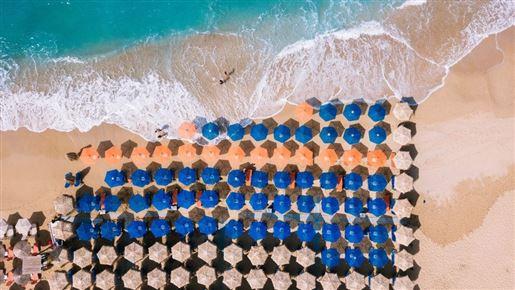 parasoller på strand set fra luften
