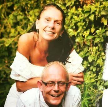 Dame og mand smilende med hvidt tøj på