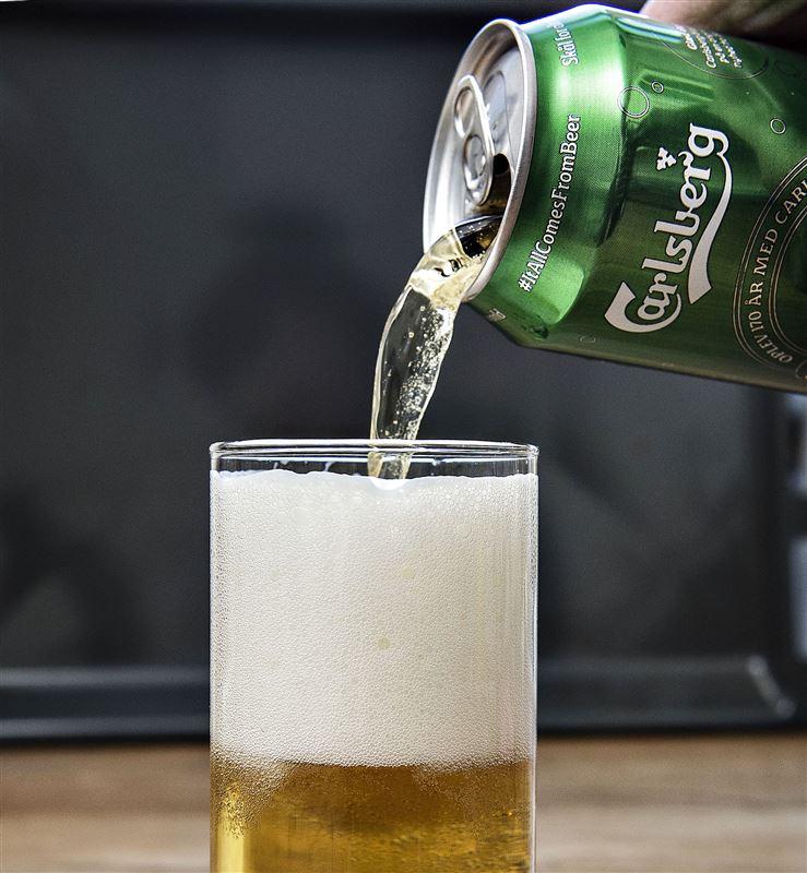 En Carlsberg bliver hældt op i et glas