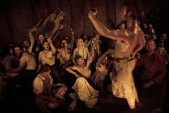 Svendende vikinger i en hal