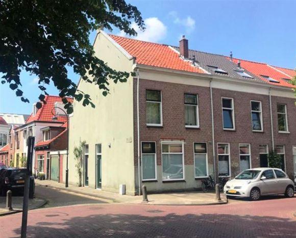 Gult almindeligt hus i hollandsk gade