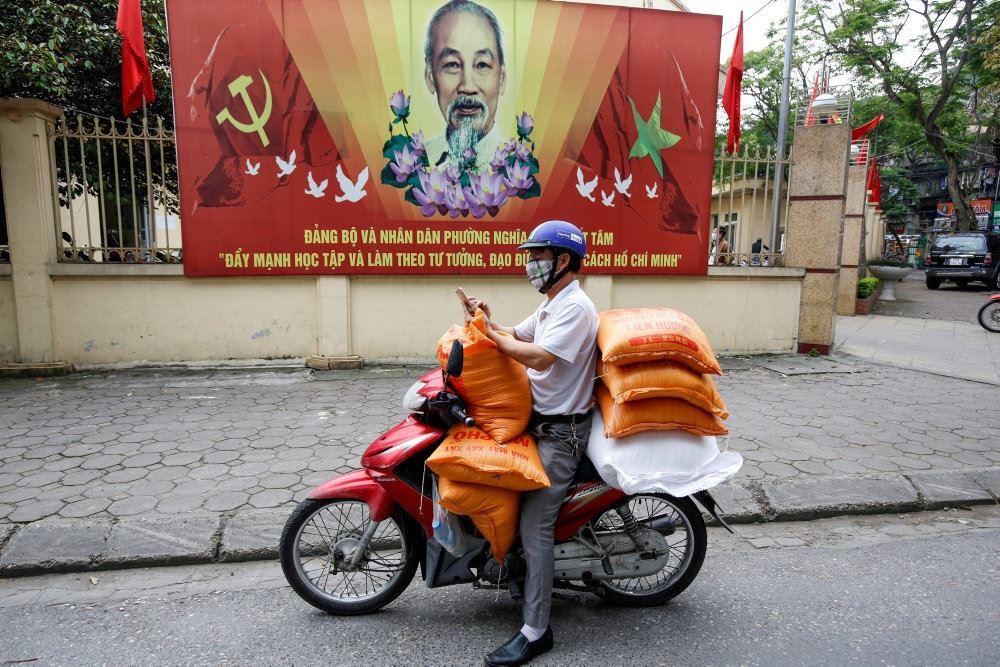 Vietnamesisk mand på knallert