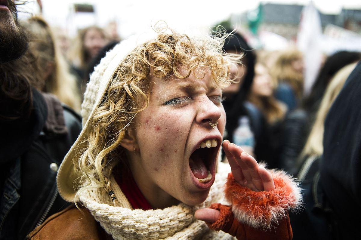 Ung kvinde skriger i en demonstration