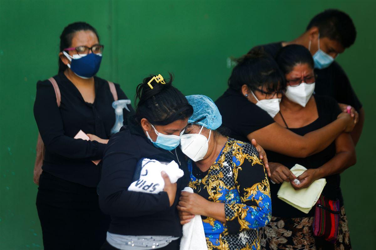 familiemedlemmer i El Salvador sørger over tabet af en slægtning.