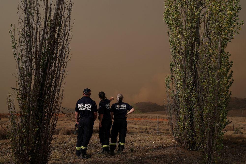 brandfolk overvåger en naturbrand i Australien