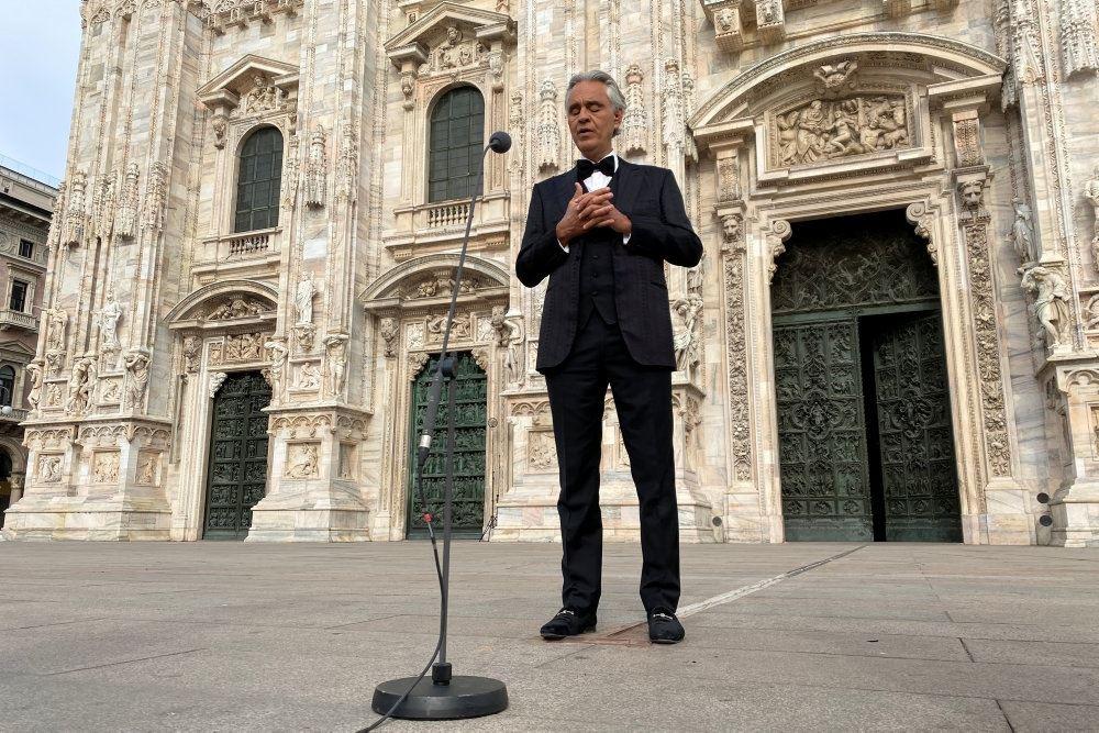 Den italienske operasanger Andrea Bocelli står foran katedral i Milano