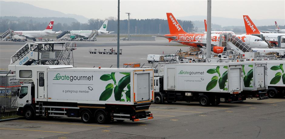 3 lastbiler fra Gate Gourmet ude i Kastrup Lufthavn med fly ved siden af.