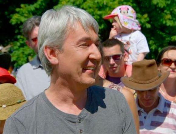 En smilende gråhåret mand