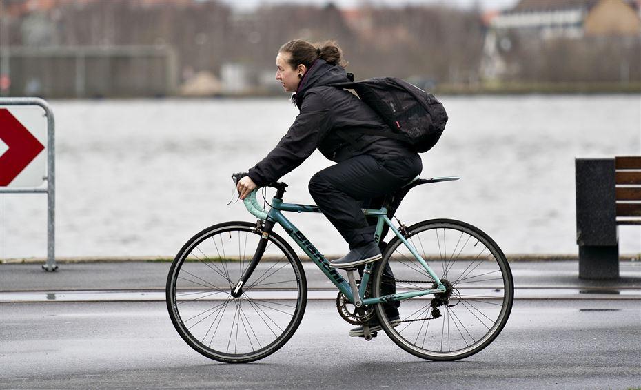 Cyklist i gråvejr