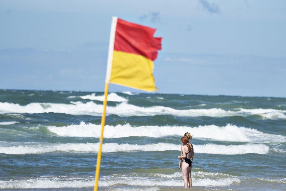 Rødt-gult flag viser, at der er livreddere på stranden