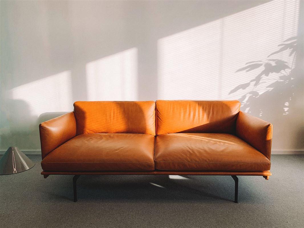 Billede af en lysebrun skindsofa - topersoners i en stue