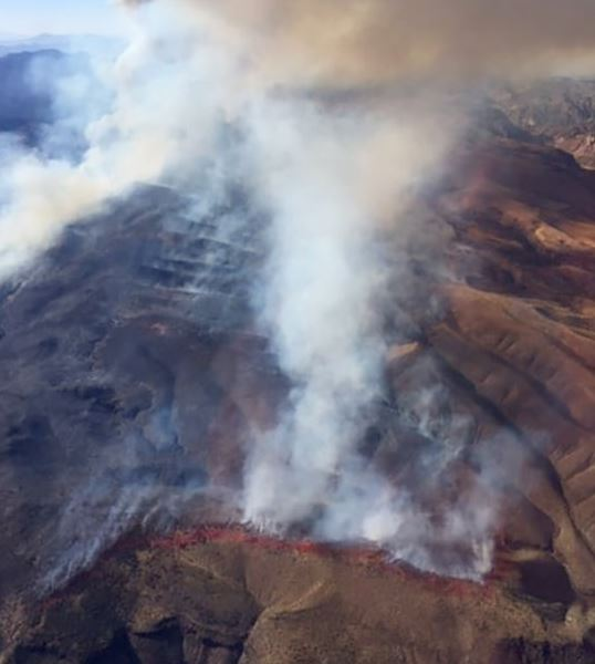 Røg stiger op fra landskab i Nevada