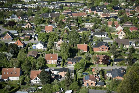 Luftbillede ud over et villakvarter i en by