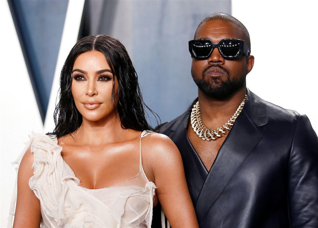 Kim Kardashian står foran hendes mand Kanye West på den røde løber