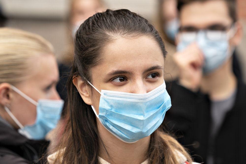 Dame med blåt mundbind til demonstration