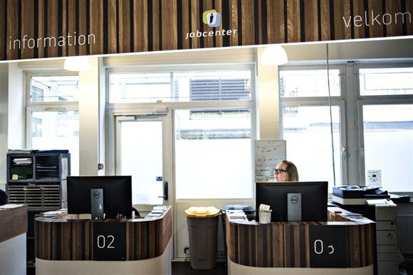 Billedet af tomt kontor med computerskærme