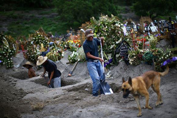 Mexicanske kirkegårdsarbejdere graver grave