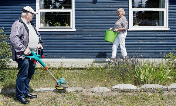 Ældre par i haven