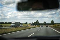 Motorvej set gennem forrude på bil