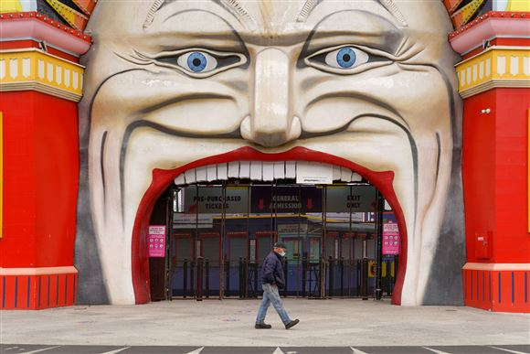Mand går foran facade med kæmpe klovnemund