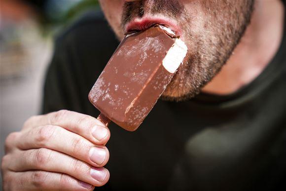 En mand spiser en ispind