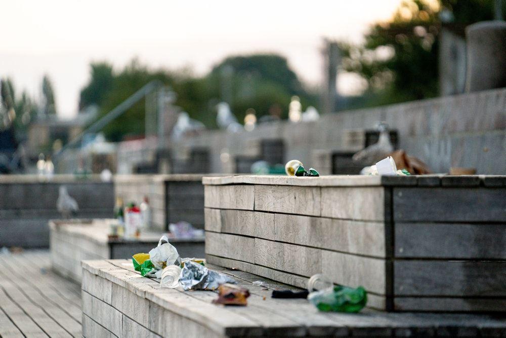 Islands Brygge fyldt med affald og tomme flasker