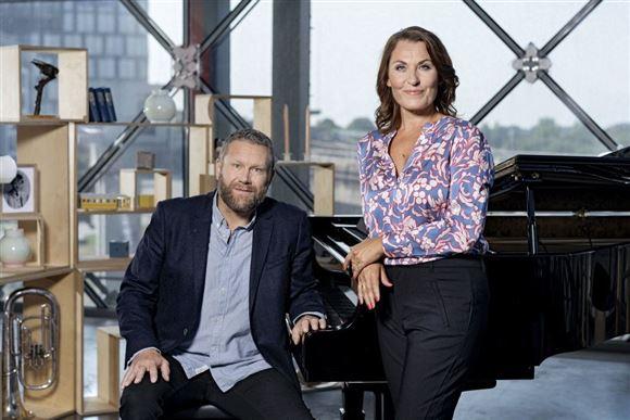 Musikerne Ole Kibsgaard og Kaya Brüel foran piano