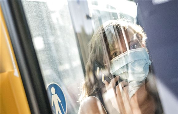 Kvinde iført mundbind