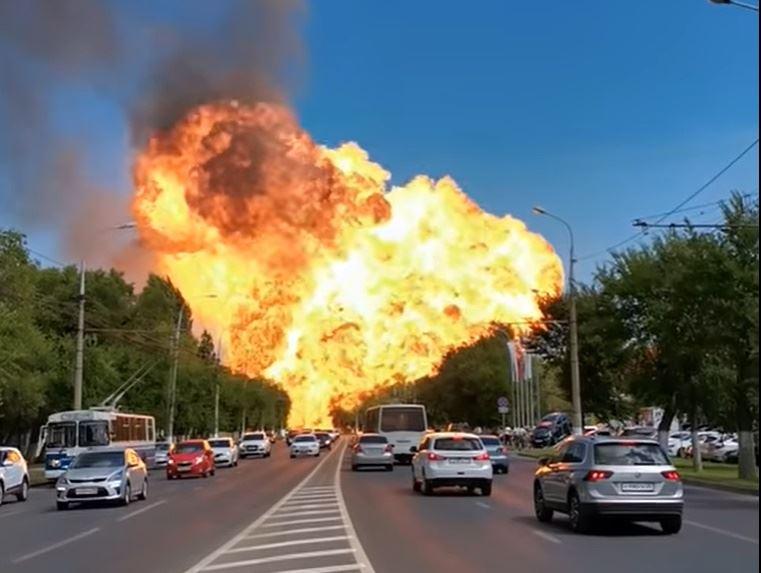 En ildsøjle stiger til vejrs efter en stor eksplosion i den russiske by Volgograd.
