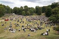 Unge mennesker samlet i Dyrehaven til fest forud for skoleåret