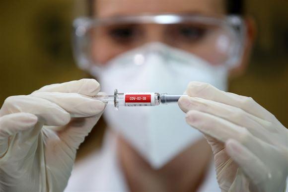 Sygeplejerske med vaccinen Sinovac