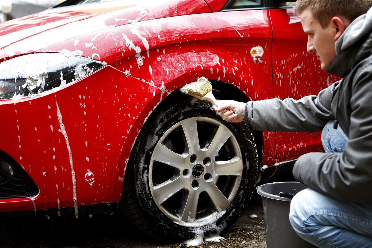 Mand vasker bil