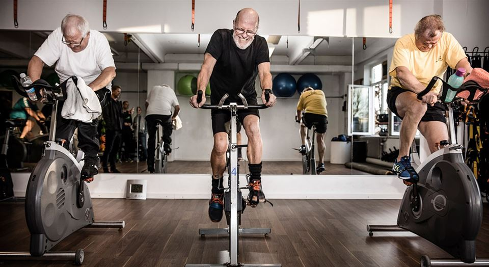 Personer på motionscykler