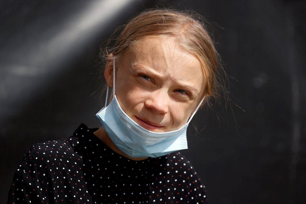 Greta Thunberg med et mundbind om halsen