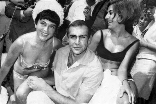 Sean Connery omgivet af kvinder