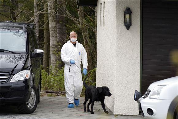 Politibetjent med hund ved Tom og Anne-Elisabeth Hagens bolig i Lørenskog