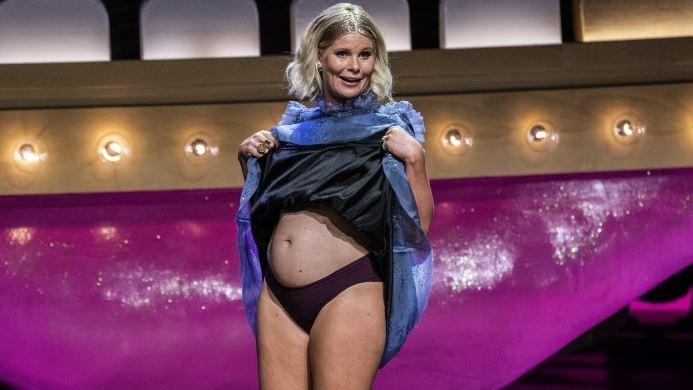 Sofie Linde viser sin gravide mave årets Zulu Comedy Galla