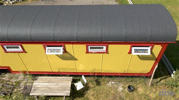 Bagsiden af Lottes cirkusvogn set fra luften