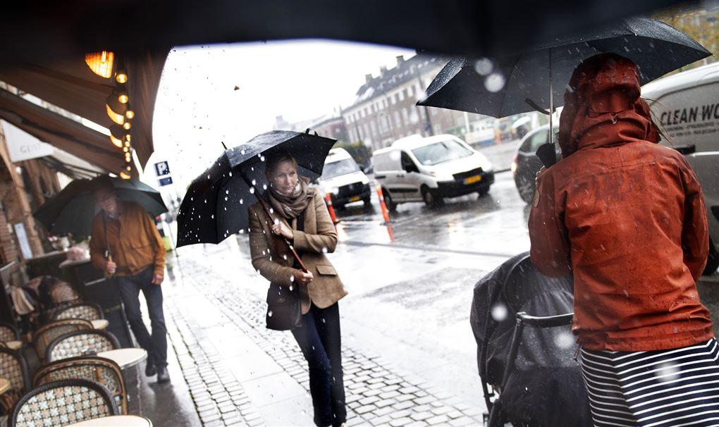 personer på gaden i regnvejr