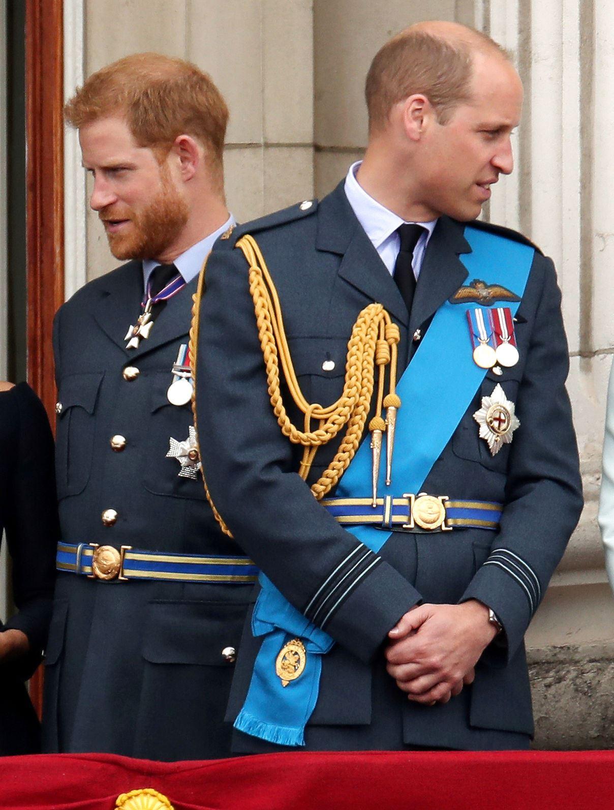Billede af prins Harry, som kigger til venstre og prins William, som kigger til højre.