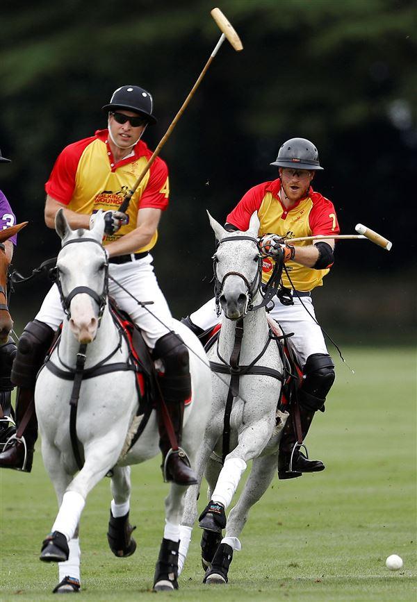 Harry og William til hest med polostave i hånden i fuld galop.