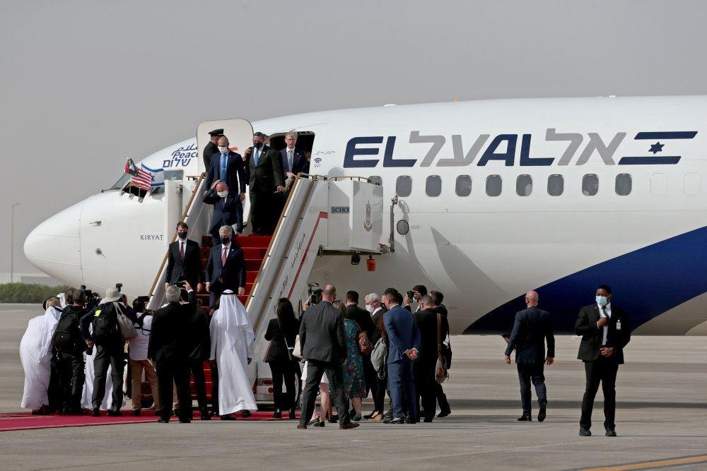 Billede af et ElAl-fly på landingsbanen med prominente herrer på vej ud fra