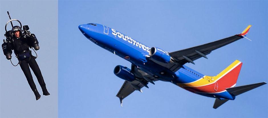 En mand med jetpack og et stort passagerfly tæt på hinanden