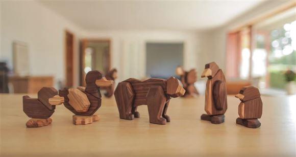 Nogle træfigurer på et bord